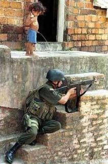 Tentara dipipisin anakkecil