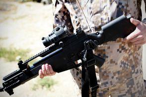 Seorang prajurit Latvia memamerkan sebuah unit G36KV