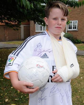 Charlie Silverwood, dengan tangan kirinya yang patah dihajar bola hasil sepakan CR7